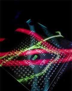 Bu fotoğrafta chipin doğal kırmızı ve yeşil ışık bantlarıyla aydınlatıldığı belirtilmiştir.