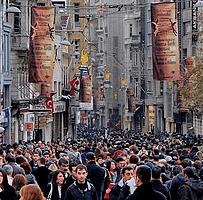 Şehrin kalabalığına karışırım