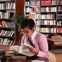 Okul kütüphanesinde
