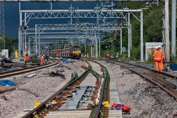 Elektrikli bir demiryolu inşaatı
