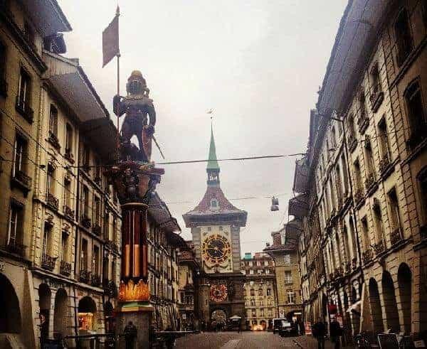 Bern de şehri gören saat kulesi