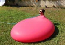 2 Metrelik Su Balonunun İçine Giren Adam