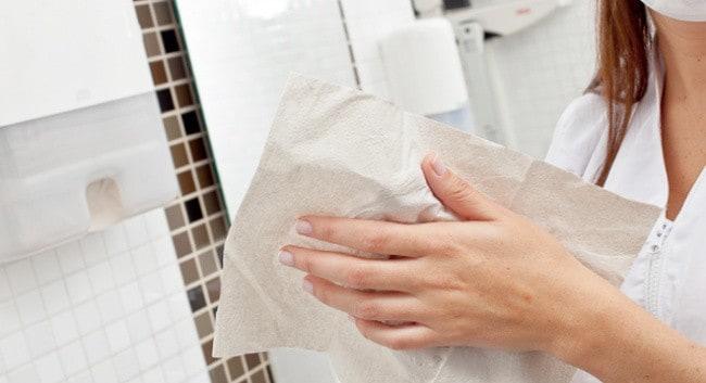 Kağıt havlu kullanarak ellerinizi kurutma