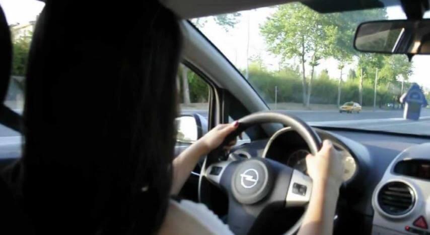 araba kullanan kadın